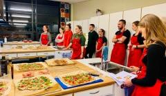 En gruppe studenter lager pizza med Dig In!
